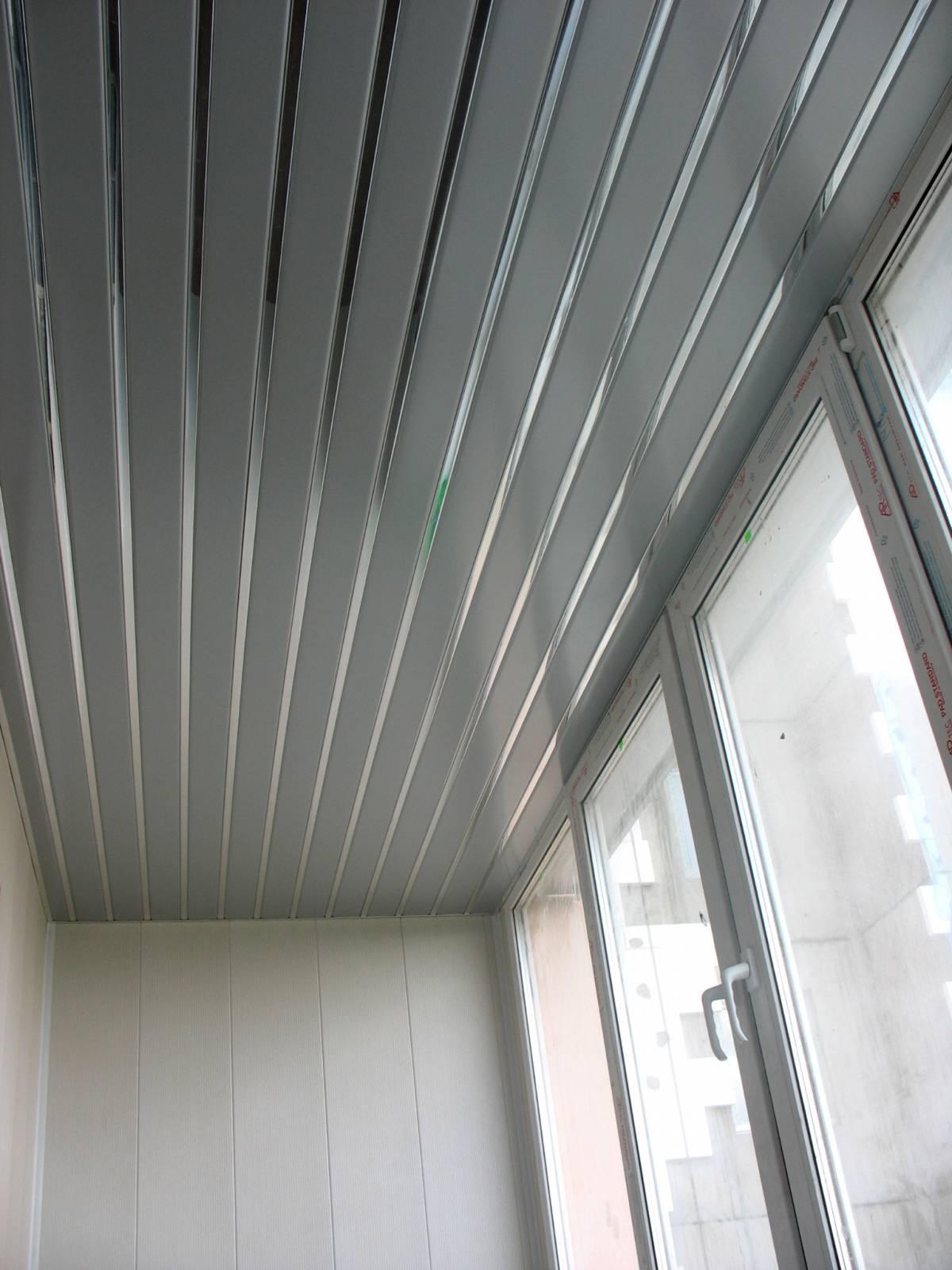 Реечный потолок на балконе фото.